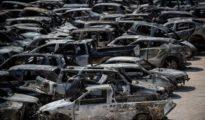 Decenas de vehículos calcinados en Rafina, cerca de Atenas.