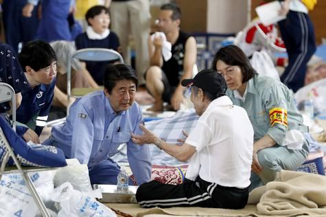 El primer ministro japonés, Shinzo Abe, visita a los residentes evacuados por las fuertes lluvias