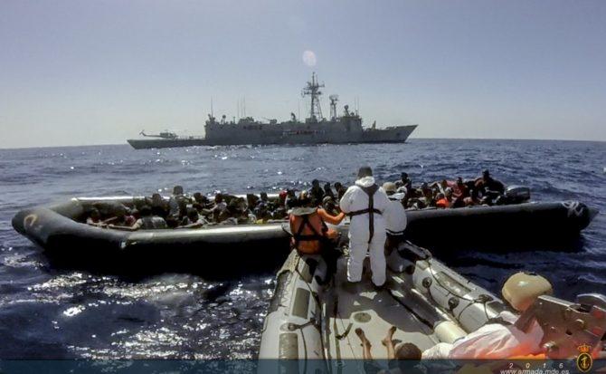 Embarcación de ilegales rescatada por la fragata 'Reina Sofía'