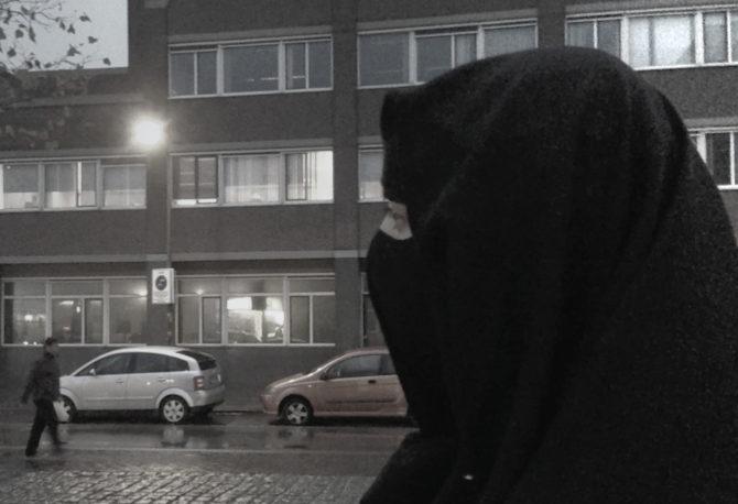 Una persona ataviada con ropajes islámicos que cubren el cuerpo por completo, en La Haya, Países Bajos.