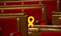 Lazos amarillos en el Parlamento catalán.