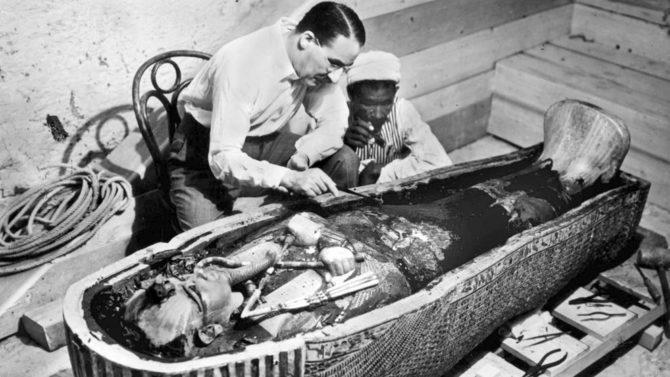Howard Carter examina la momia de Tutankamon.