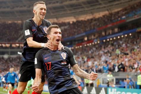 El delantero croata, Mario Mandzukic, celebra su segundo gol con Ivan Perisic.