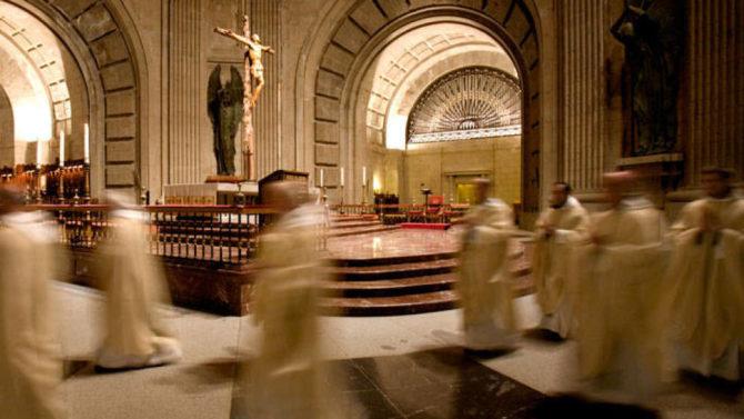 Imagen de los monjes benedictinos del Valle de los Caídos.