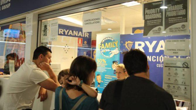 Pasajeros en los mostradores de Ryanair, en el aeropuerto de Madrid-Barajas (Atlas)