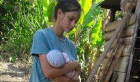 La joven Patricia Aguilar con su bebé, en una imagen reciente.
