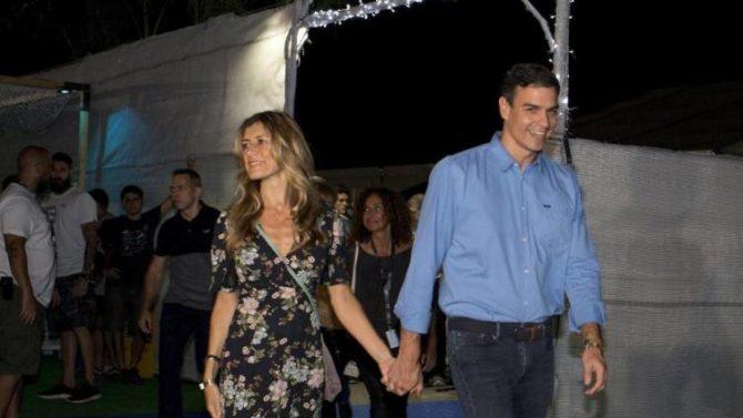 """El presidente del Gobierno, Pedro Sánchez (d), y su esposa a su llegada al concierto de la banda estadounidense """"The Killers""""/"""