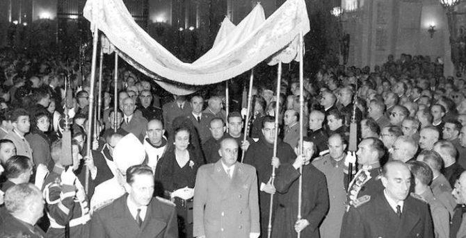 Entrada de Franco bajo palio en la Iglesia de la Santa Cruz del Valle de los Caídos en 1959
