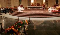 La tumba de Franco cubierta con flores.