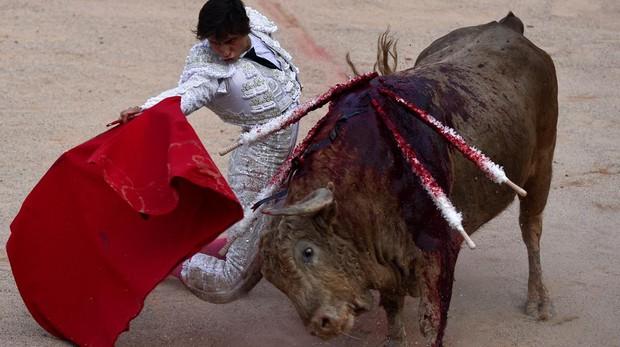 Roca Rey torea de rodillas al quinto toro - Reuters