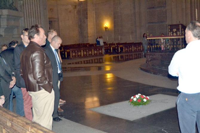 Schwarzenegger posa junto a la tumba de Franco.