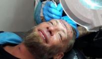 Imagen del indigente difundida por el local que le realizó el tatuaje a través de las redes sociales