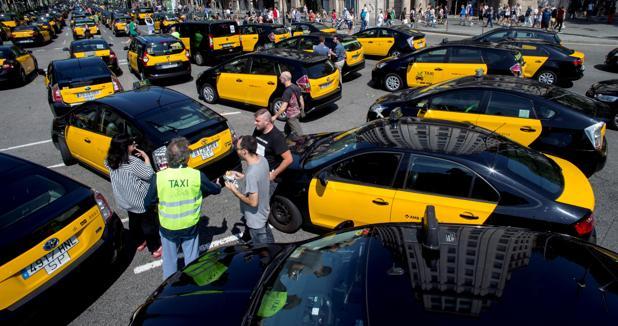 Los taxistas de Barcelona colapsan el centro de la ciudad