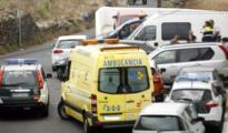 Vehículos de la Guardia Civil y una ambulancia a las puertas de la vivienda en la que ha sido encontrada la familia.
