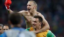 Domagoj Vida celebra con Kalinic el pase de Croacia a semifinales del Mundial.