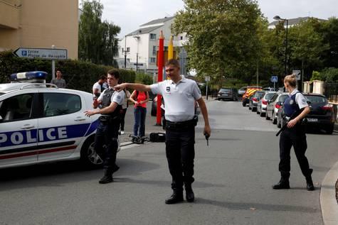 Agentes de Policía cortan la calle donde ocurrió el ataque.