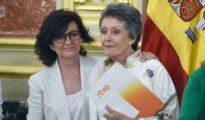 La vicepresidenta del Gobierno y ministra de la Presidencia, Relaciones con las Cortes e Igualdad, Carmen Calvo (i), junto a la nueva administradora de RTVE, Rosa María Mateo (d)