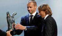 Aleksander Ceferin entrega a Luka Modric el premio al mejor jugador del año en Europa.