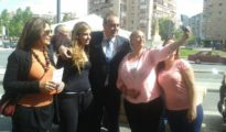 Armando Robles con mujeres comerciantes de Cruz de Humilladero.