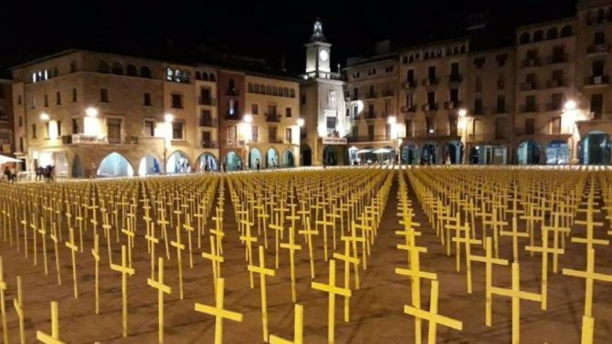 Cientos de cruces amarillas en la plaza principal de Vic.