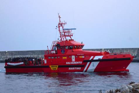 Una embarcación de rescate, a su llegada al puerto de Motril.
