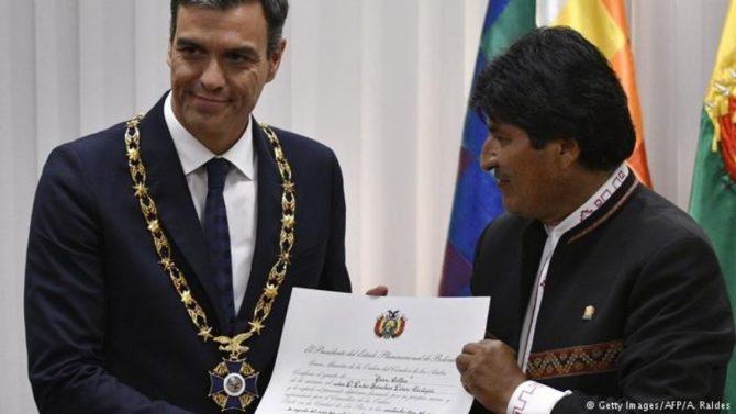 """Sánchez, portando el gran collar del """"Cóndor de los Andes"""", junto al anfitrión, Evo Morales."""