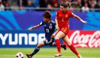 a española Damaris Egurrola lucha por el balón con la japonesa Riko Ueki.
