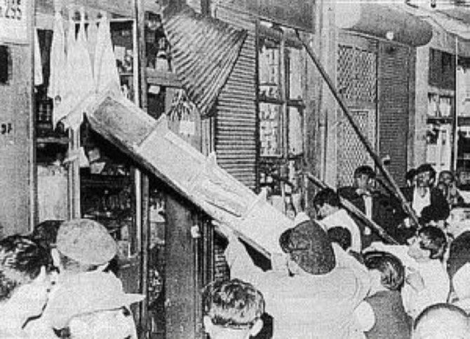 En esta foto de septiembre de 1955 se ve a una turba destruyendo tiendas de cristianos griegos en Estambul.