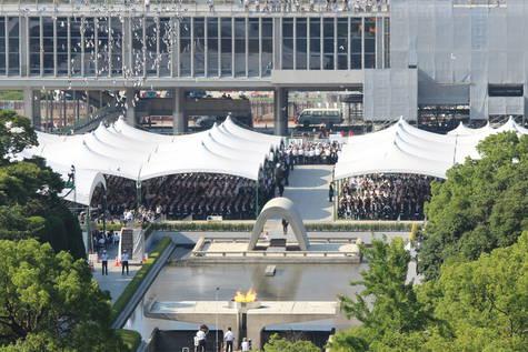 Asistentes al memorial por las víctimas de la bomba de Hiroshima.