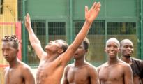 Los inmigrantes celebran que han saltado la valla y están en España