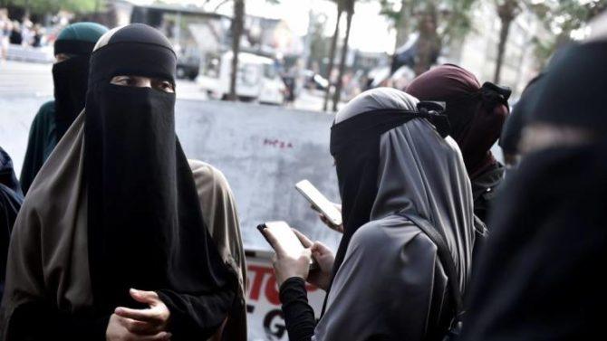 Mujeres musulmanas cubiertas protestan contra la prohibición de la burka y el nikab, en Copenague (Dinamarca)