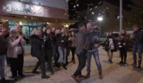 Toni Punyet, propietario de Nova Font Blanca, recibe los 5.000 euros como ganador del programa de TV3 Joc de Cartes. TV3