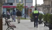 Un agente de la Policía Local de Oliva camina por un tramo del paseo (Las Provincias)