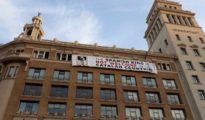 Pancarta contra el rey colgada en la plaza Cataluña.
