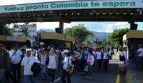 Varias personas caminan por el puente fronterizo «Simón Bolívar» entre Colombia y Venezuela