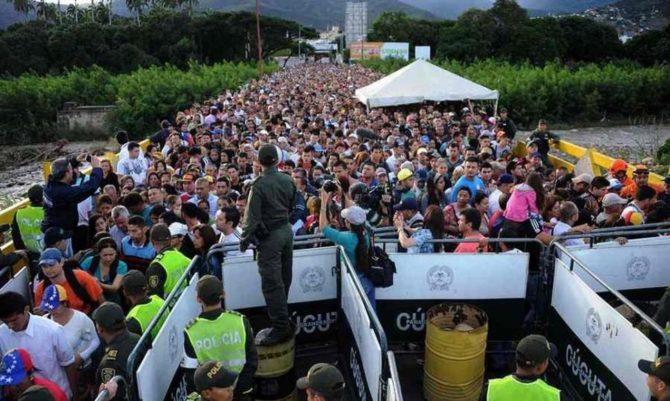 Refugiados venezolanos esperando cruzar la frontera con Brasil