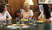 La ministra de Transición Ecológica, Teresa Ribera, conversa con Silvia Barquero y Laura Duarte / Imagen: PACMA