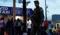Un soldado brasileño en un control de pasaportes a inmigrantes venezolanos en Roraima