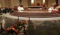 La tumba de Franco siempre cubierta de flores.