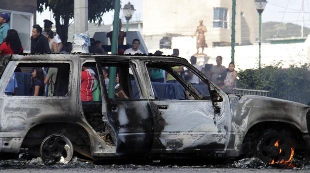 Imagen del vehículo quemado donde transportaban a los acusados