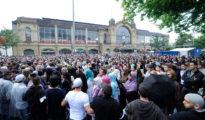 Miles de personas escuchan en Hamburgo, Alemania, al predicador salafista Pierre Vogel el 9 de julio de 2011.