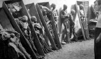 Profanación de cadáveres por milicianos rojos.
