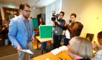 El líder de Demócratas de Suecia, Jimmie Akesson, vota en las elecciones en un colegio de Estocolmo