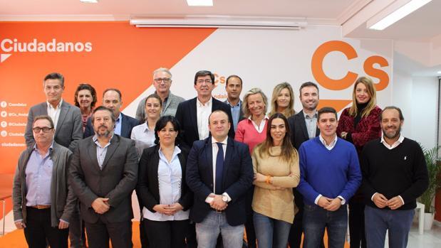 Aumesquet , situado a la derecha del presidente de Ciudadanos Andalucía, Juan Marín, en la foto del comité autonómico