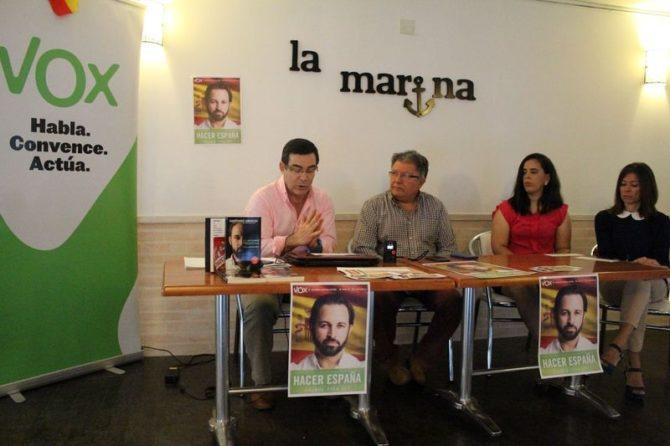 Carlos Aurelio Caldito Aunión, segundo por la izquierda, en un acto de VOX.