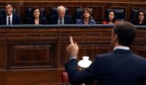 El presidente del PP, Pablo Casado, de espaldas pide al presidente del Gobierno, Pedro Sánchez elecciones «cuanto antes» este miércoles