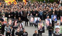Participantes en la marcha de Chemnitz portan retratos de víctimas de ataques por parte de inmigrantes.