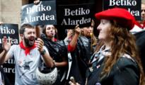 Partidarios y detractores reaccionan al paso del desfile de la compañía mixta Jaizkibel, hoy en Fuenterrabía