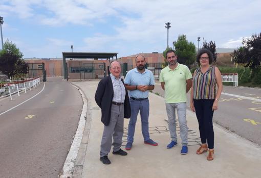 Imagen de los miembros de la Federació Llull frente a la prisión de Lledoners
