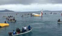 Los tripulantes del avión han sido rescatados en pequeñas barcas/ Twitter